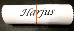 Kuva 3 - Tällaisen viestin Harjus löysi oveltaan. Huomaa kumilenkin viivat.