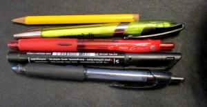 Kuva 2 - Tässä testissä käyttämämme kynät ylhäältä alas: Lyijykynä, kuulakärkikynä, mustekynä (punainen), permanent -tussi ja Ritr-kynä.