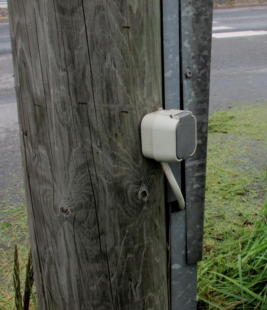 Kuva 9 - Sähkötolppiin kätköjen piilottaminen on kielletty. Toivottavasti tämäkin kätkö vielä siirretään parempaa piilopaikkaan.