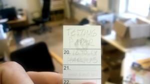 Kuva 6 - Muovipohjaiselle vedenkestävälle paperille Beta k -kynällä kirjoittaminen onnistui hyvin.