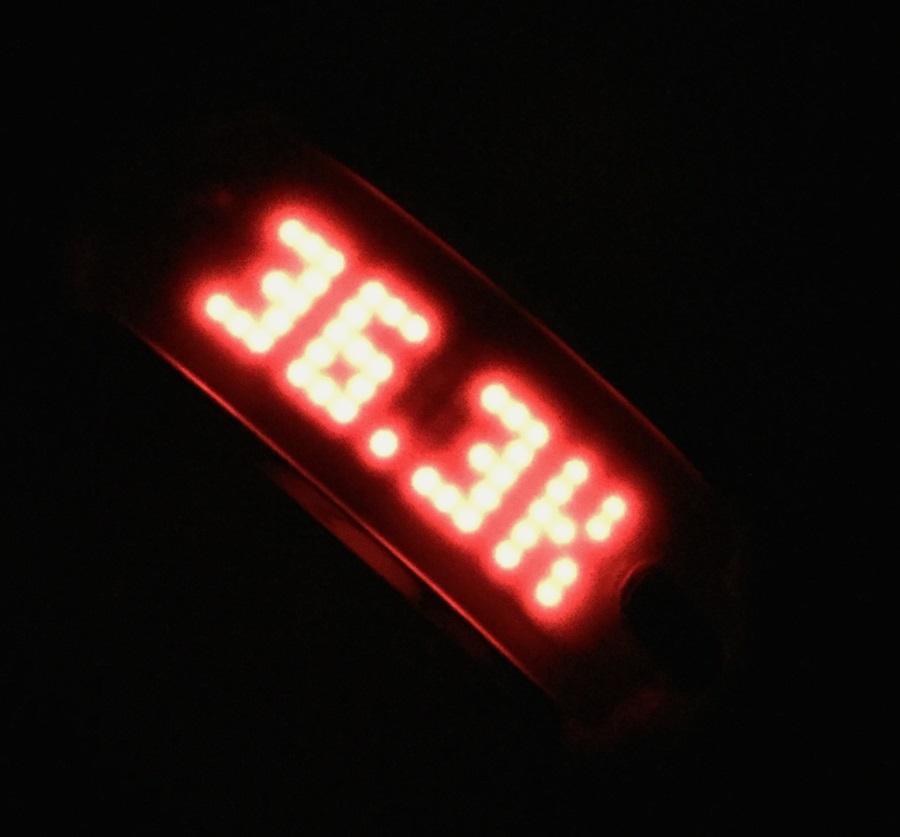 Kuva 5 - Näyttö näkyy hyvin pimeässäkin. Kun askelia kertyy päivän aikana paljon, tarkkuus vähenee.