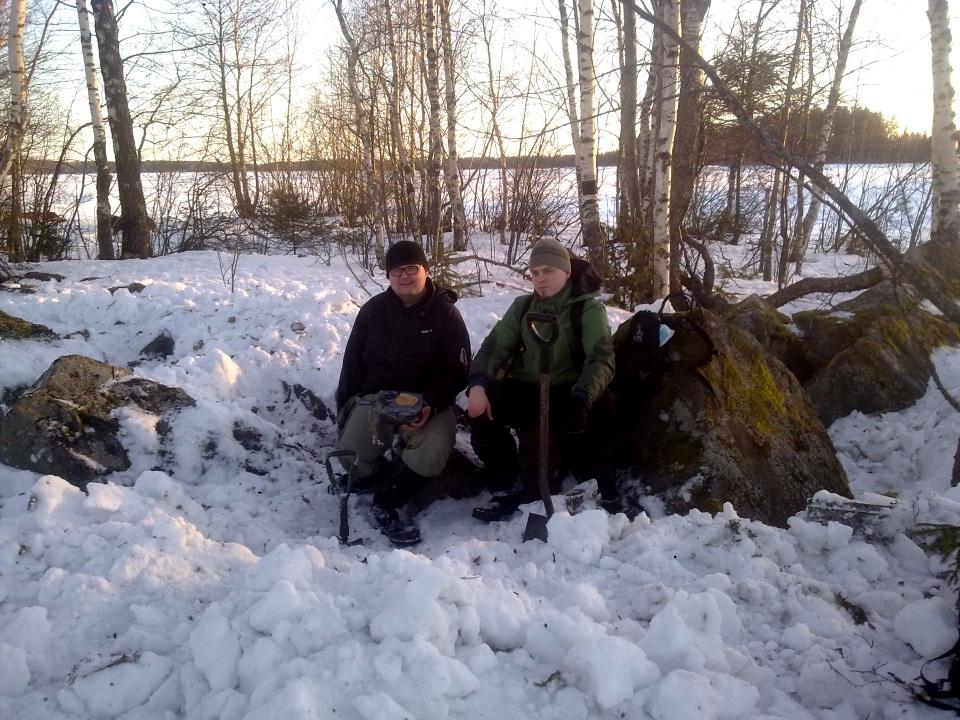 """Talvella voi joutua joskus tekemään """"hieman"""" lumitöitä, jotta purkki löytyy. Jäätynyttä purkkia ei kuitenkaan pidä ruveta hakkaamaan irti. Kuvassa Harjus ja Weellu 1.5 tunnin kaivuu-urakan jälkeen."""