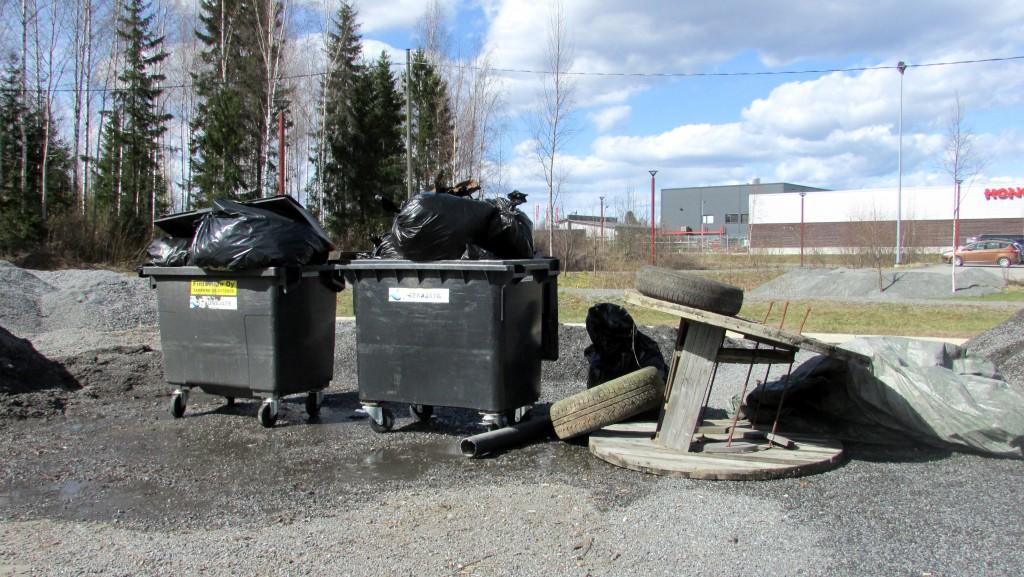 Motonetin roskapisteellekin kertyi roskia mukavasti.