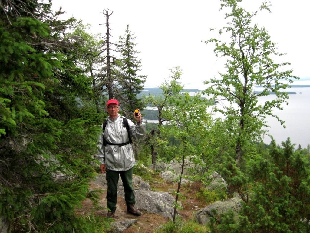 Kuva 3 - Alkuun Vikunja etsi kätköt kartan avulla, mutta lopulta siirtyi käyttämään käsi-GPS laitetta.