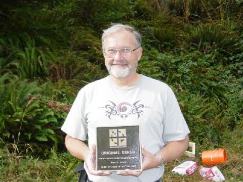 Kuva 5 - Dave Ulmer ja muistolaatta ennen sen asentamista syyskuussa 2003