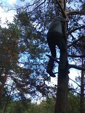 Kuva 4 - Kalman on etsinyt kätköilyurallaan tähän mennessä 444 kätköä. Välillä on pitänyt kiivetä puuhunkin.