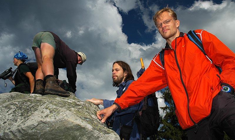 Kuva 3 - Kalman (punaisessa takissa) ja Tsekkiläiset ystävät, joihin mies tutustui geokätköilyn kautta.