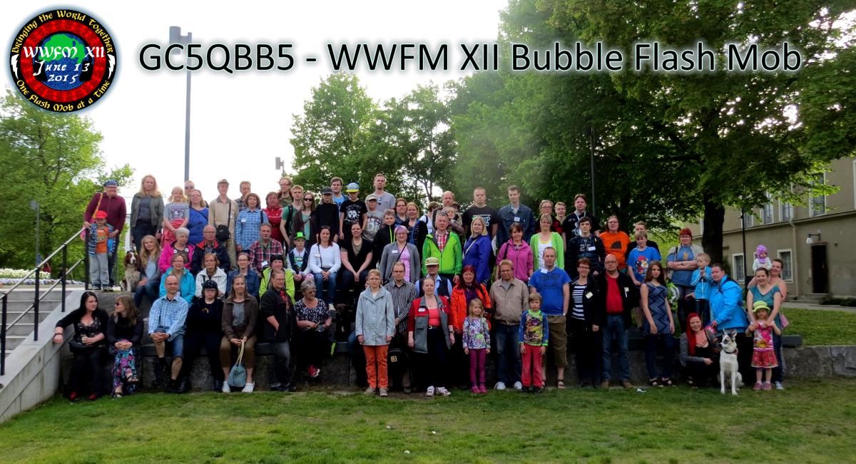 Kuva 1 - Bubble Flash Mobin osallistujat ryhmäkuvassa ennen kuplien puhaltelua.