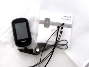 Kuva 3 - Paketin sisältö: eTrex touch 35 GPS, pyöräteline, 4 nippusidettä ja ohut ohjevihkonen.