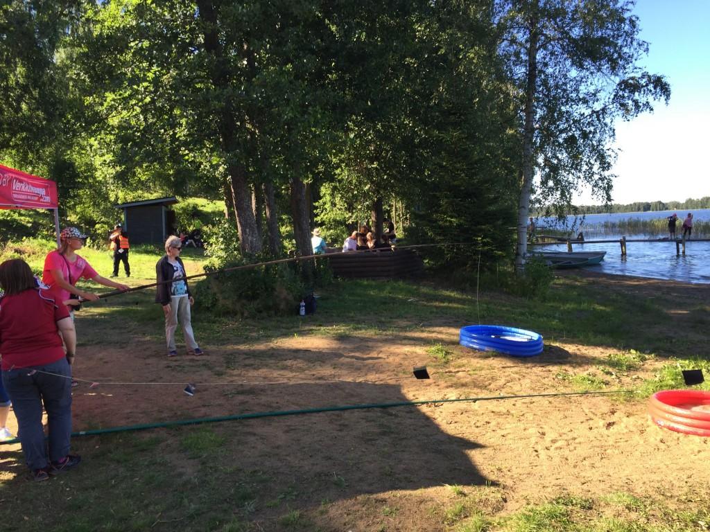 Kuva 1 - Kalastus Lab cachessa pääsi harjoittelemaan geo-onkitaitojaan ja onkimaan purkin lasten uima-altaasta.