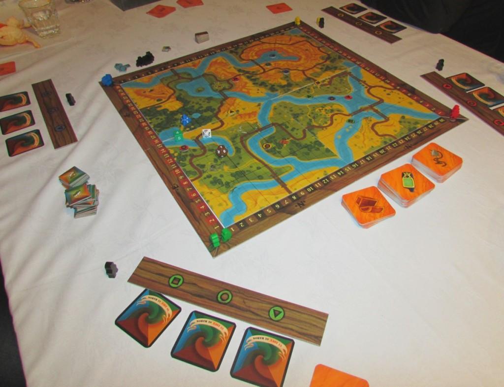 Kuva 1 - Pelilauta koostuu neljästä osasta ja koordinaattikehikosta. Pelaajilla jokaisella on oma laatta, jonka alle koordinaattikorttien reittejä rakennellaan.