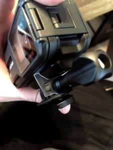 Kuva 8 - Kamera kiinnitetään jalustaan tai kiinnityskappaleisiin tukevalla ruuvilla.
