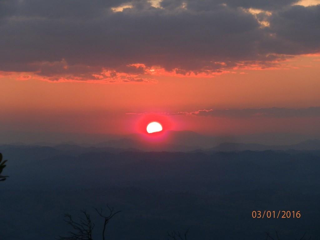 Kuva X - Kuuluisa ilta-auringon valaisema maisema Lom Sak Cliffs -kätköllä.