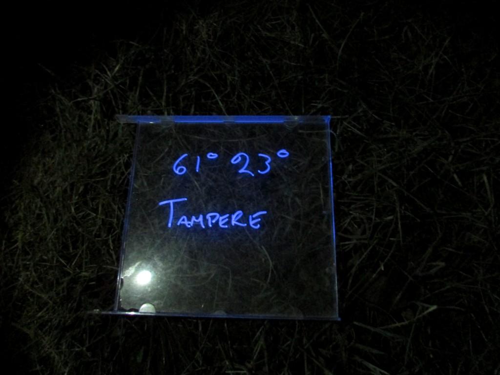 Kuva 13 - Uskottava se on - kyllä tällä UV-tekstit näkyy, vaikka valo on eri väristä kuin testin muissa lampuissa.