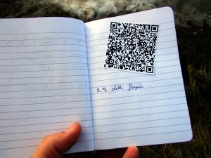 Jatkossa lokikirja voi näyttää tältä: sieltä löytyy vain QR-koodi ja satunnainen vierailija on kirjannut vanhanaikaisesti nimensä vihkoon.