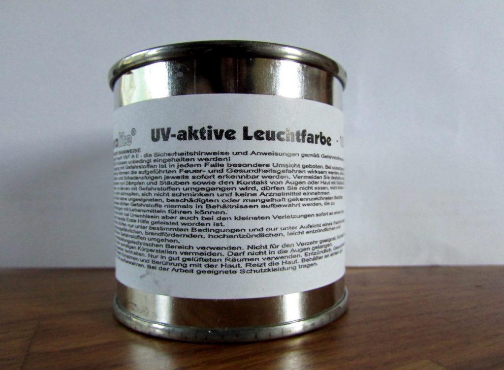 Kuva 6 - 100 ml purkki UV-maalia. Saksankielinen ohjeteksti on ainoa mitä purkin mukana tuli.