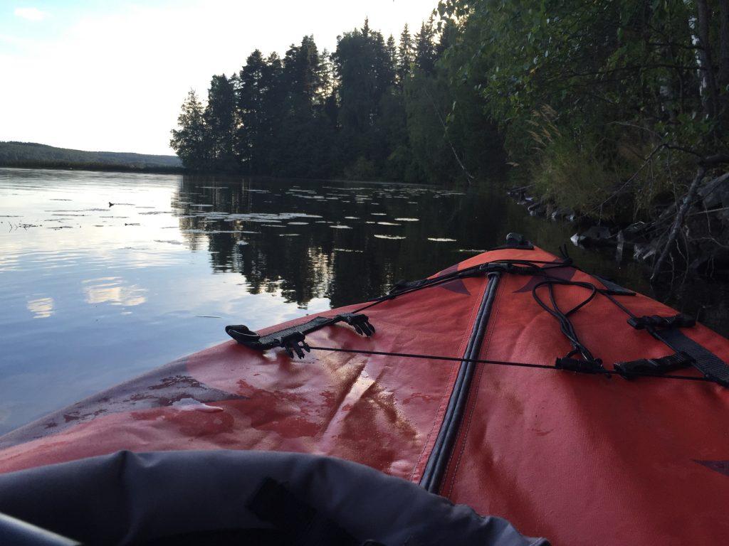 Kuva 3 - Kajakin lipuessa järvellä rauhallisesti tuntee olevansa lähellä luontoa.
