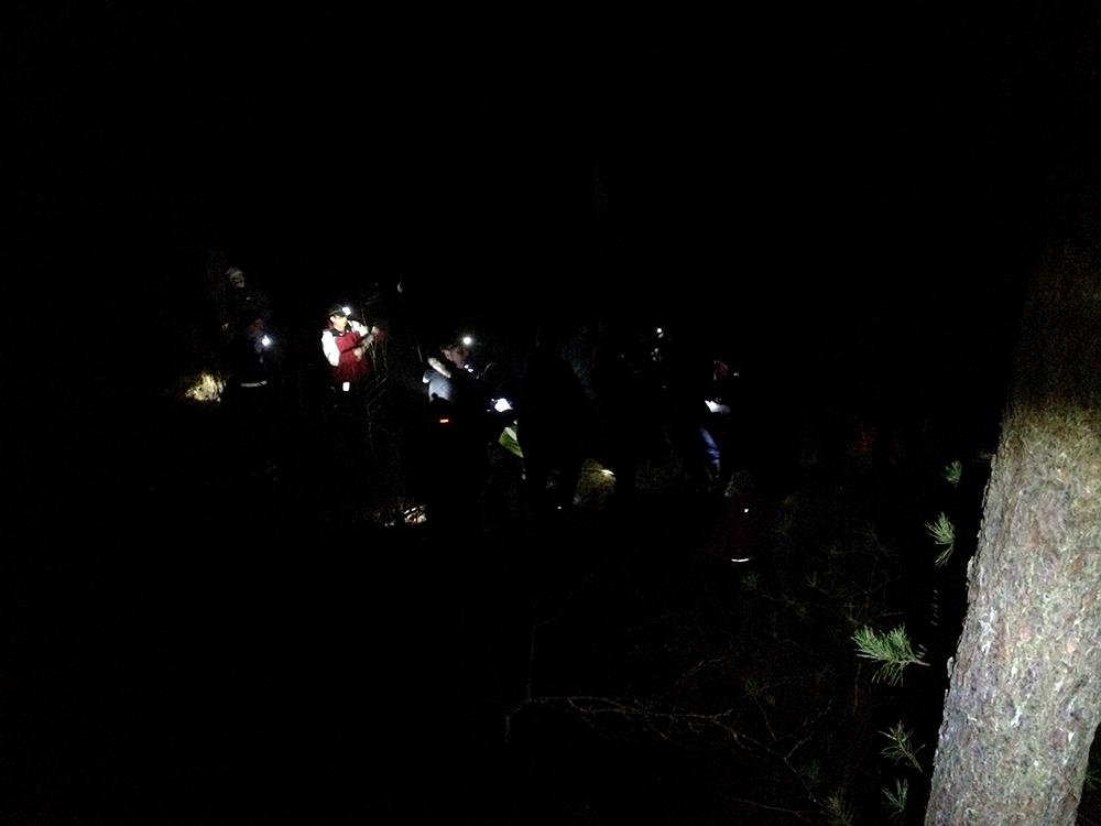 FADissa kätköilijät kulkevat pimeässä tapahtumaa varten luoduilla kätköillä.
