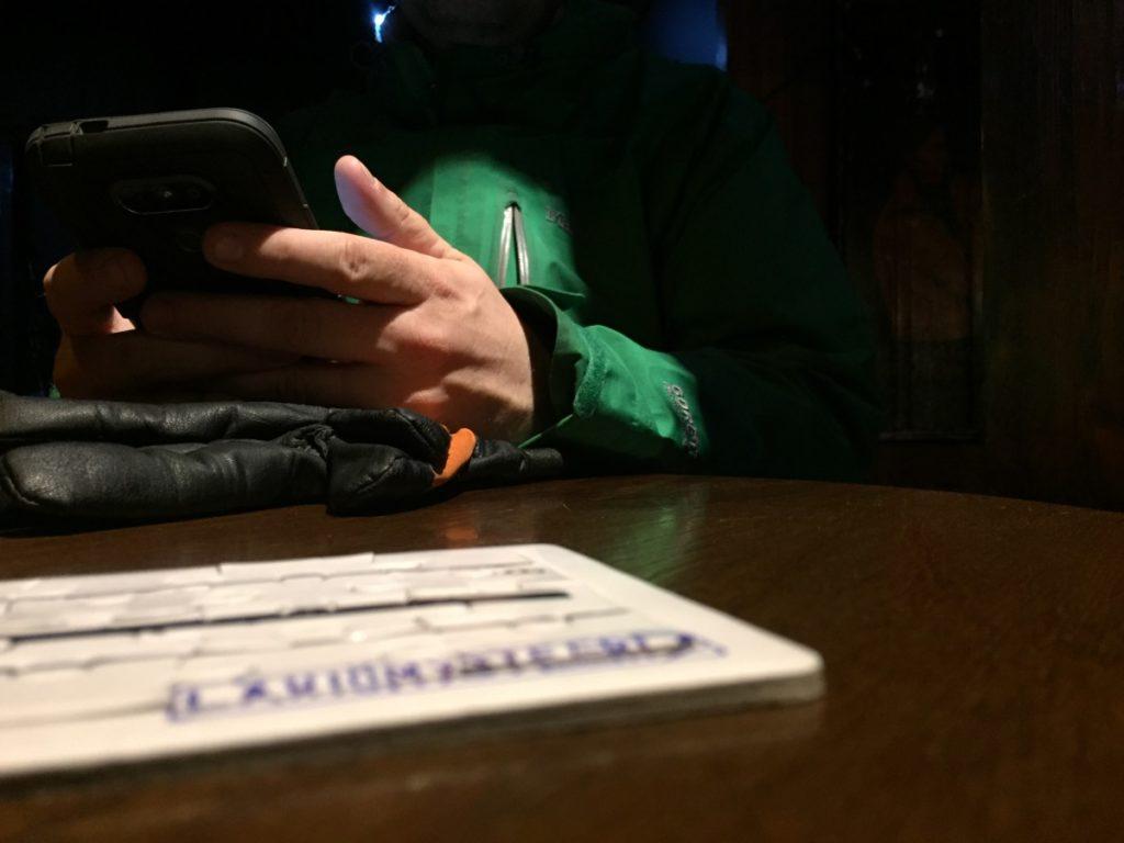 Kierroksella tarvitaan kahta älypuhelinta.